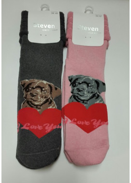 Steven froté ponožky s valentínskym vzorom